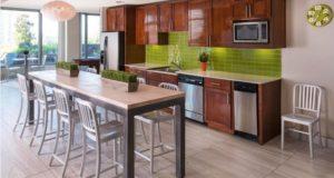 mckinney-avenue-highrise-resident-lounge-kitchen